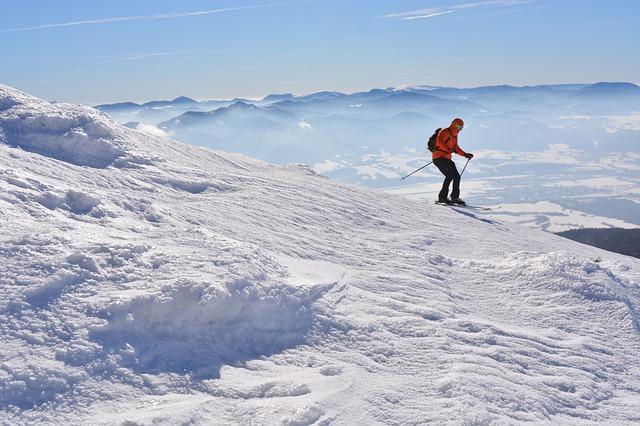 lyžař na sněhu