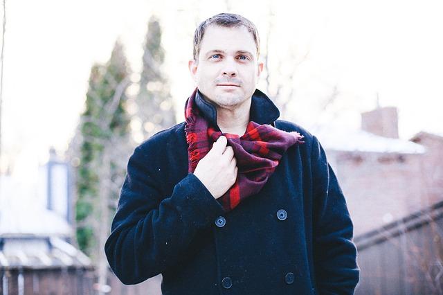 Muž se stylovou šálou