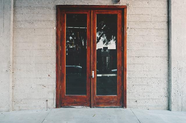 zničené dveře