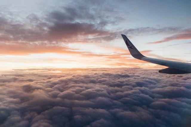 Lietadlo v oblakoch