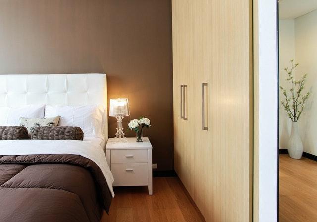 moderne zariadená spálňa