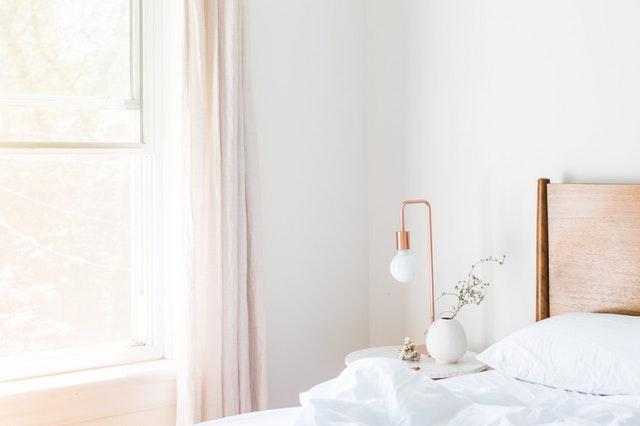 biela izba s bielou posteľou