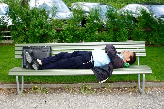 Muž ležiaci na lavičke.jpg