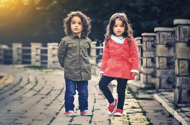 Dvaja malí súrodenci