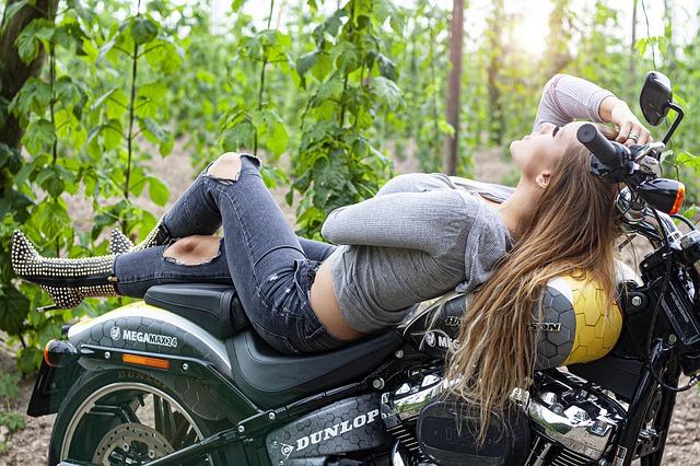Dievča ležiace na motorke, modelka.jpg