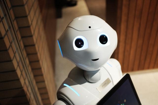 Plastový robot s veľkými očami v miestnosti.jpg