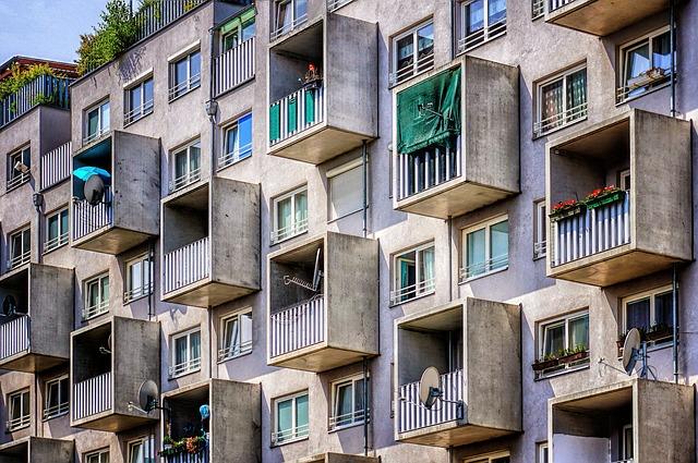 Šedý dom s vysunutými balkónmi.jpg