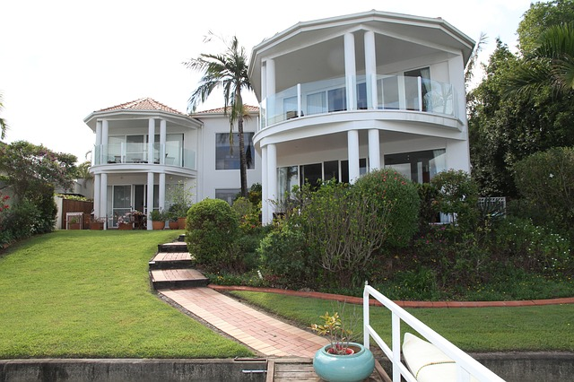 Veľký rodinný dom so sklenenými zábradliami na balkónoch.jpg